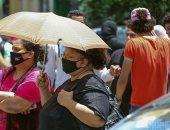المصريون يواجهون اليوم الحار