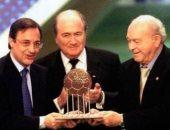 دي ستيفانو وبيريز لحظة تسلم جائزة نادى القرن