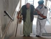 أمن القاهرة يساعد مسن مريض للتوجه للجنته الانتخابية للادلاء بصوته