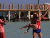 استمتاع السياح بشواطئ البحر الأحمر