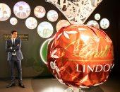 لاعب التنس روجر فيدرر أمام قطعة ضخمة من الشوكولاتة
