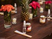 زجاجات كحول على طاولات حفلات الزفاف