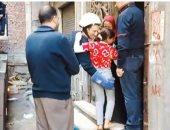 رجال الحماية المدنية مع الطفة التى تم إنقاذها