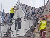 العامل خلال تحطيمه المنزل