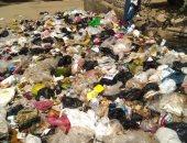 القمامة المتراكمة بالشارع