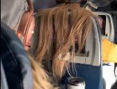 راكبة تضع علكة فى شعر آخرى