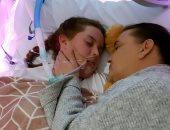 الأم بجوار ابنتها بعد وفاتها
