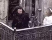 العجوز ترقص فى منزلها