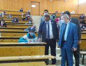 رئيس جامعة أسوان خلال الجولة