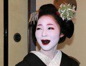 فتاة يابانية بأسنان سوداء