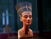 تمثال نصفي للملكة نفرتيتي وسط قاعة العرض الخاصة في متحف برلين