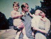 الأمير فيليب والملكة إليزابيث وأطفالهم