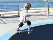 الطفلة  بايج توبان تمارس رياضة التزلج