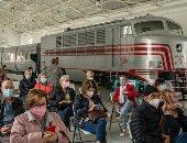 العشرات ينتظرون التلقيح في متحف السكك الحديدية بإسبانيا