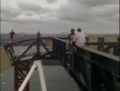شباب يتسلقون مبنى شاهق