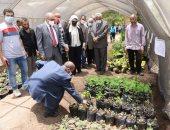 رئيس جامعة أسيوط يتفقد صوبة نباتات الزينة