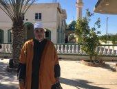 الشيخ أحمد عماره من أمام المسجد الذى لم يغادره من 32 سنة