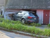 السيارة داخل المنزل
