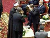 شيخ الازهر يهدي الرئيس اقدم مصحف الازهر