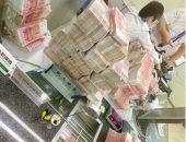 موظفى البنك أثناء عد الأموال
