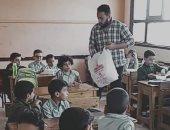 والد التلميذ المتوفى يوزع الوجبات فى الفصل