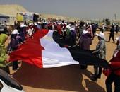 شخص يبوس علم مصر
