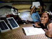 طلاب يدرسون تحت أضواء السولار