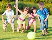 اللعب فى الهواء الطلق يطور مهارات التنشئة الاجتماعية لدى الطفل
