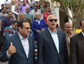 سعيد مصطفى يستمع لحديث الدكتور محمد الشافعى محافظ البلدية
