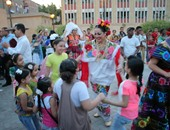 الفرق تتفاعل مع رقص الأطفال بالعروض على المسرح المفتوح