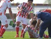 اللاعب يسقط على الأرض