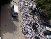 أحد تلال القمامة المنتشرة  فى الحى