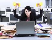 امرأة تمارس الرياضة فى المكتب