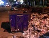 مواطنين يلقون القمامة على الأرض