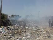تلال من القمامة والادخنة تتصاعد منها بعد حرقها أمام قصر نعمة بالمرج
