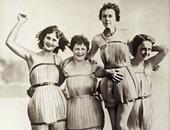 نساء فى رداء بحر مصنوع من الخشب عام 1929 ووقتها كان مصمم ليجعلهن أكثر مرونة