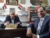 شاد محمد الصغير مستشار اللغة الإنجليزية بوزارة التربية والتعليم يتصفح برنامج هسيبل