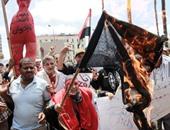 حرق علم داعش من متظاهرى القائد إبراهيم