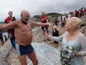 """لحظة وصول """"تريجفى بيرنهاردسن"""" إلى الشاطئ للزواج من """"الين هيرتسبيرج"""""""
