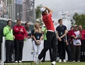 جاريث بيل يلعب الجولف