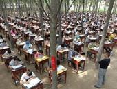 عدد ضخم من الطلاب يمتحنون فى الهواء الطلق