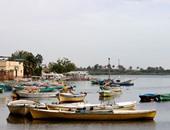 قوارب صيد ترسو على شاطئ البحيرة