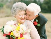 الزوجان بملابس الزفاف بعد 36 عاما من الزواج