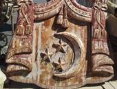 تابلوه من الخشب عليه شعار الدولة الملكية