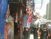 الأطباء البيطريين أثناء الكشف على اللحوم