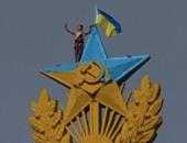 أحد المتظاهرين فوق ناطحة السحاب