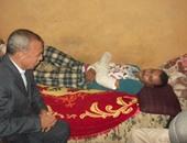 المحافظ خلال زيارته لأحد الجنود المصابين