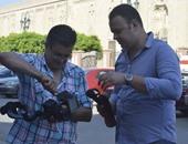 المخرجان محمد ونس وعلى محمد على خلال تصوير فيلم رسالة شعب