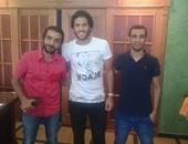 مروان محسن مع عضو مجلس إدارة الإسماعيلى عقب الوصول من البرتغال