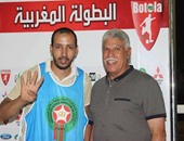 حسن شحاته وبجواره الشاب المغربى